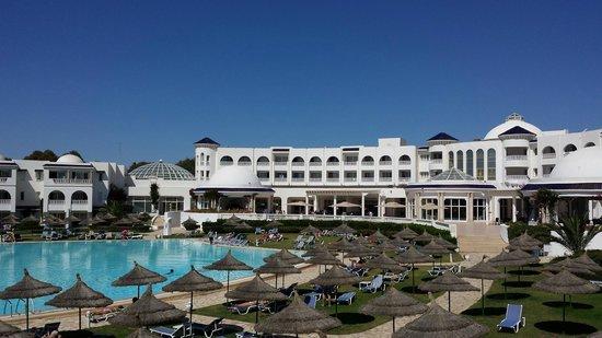 Golden Tulip Taj Sultan Resort : Vue de la chambre picine et mer