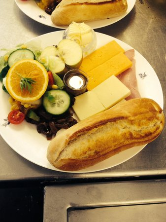 Flynns Bee Farm: Flynns Ploughmans. All this freshly prepared food for £7. Great value- home made pickles and dre