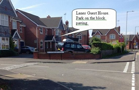 Lanes Guest House: No worries about parking your car, we have Plenty of room for parking right outside the front do