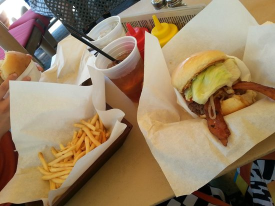 Tyler's Burgers: Bacon burger + Small Fries