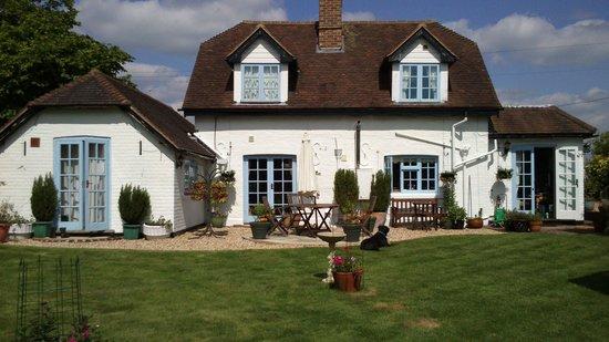 Latchetts Cottage: la façade côté jardin