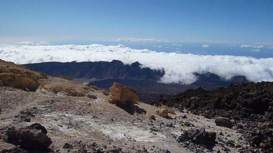 Volcan El Teide : Облака переваливаются через хребет