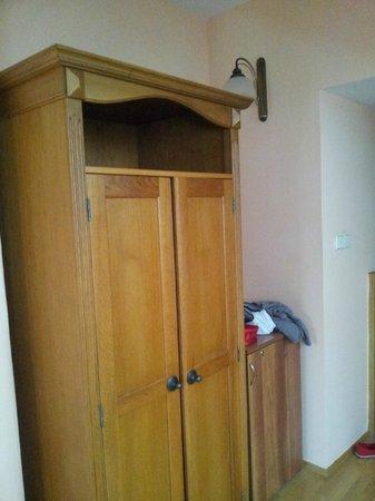 Hotel U Krale Jiriho : В шкафу стоит сейф