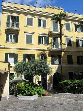 Villa San Lorenzo Maria Hotel: Front of hotel