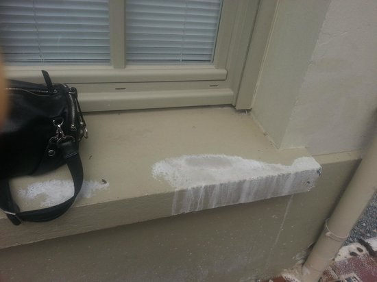 Be Cottage : dirty window sills