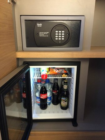 Pullman Basel Europe Hotel : Coffre et mini Bar