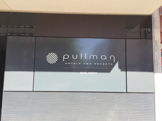 Pullman Basel Europe Hotel: Entrée