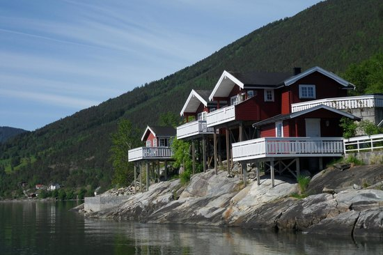 Viki Fjordcamping and Cabins: вид на кемпинг со стороны фьорда