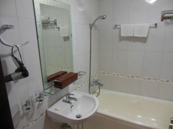 Golden Spring Hotel: ванная