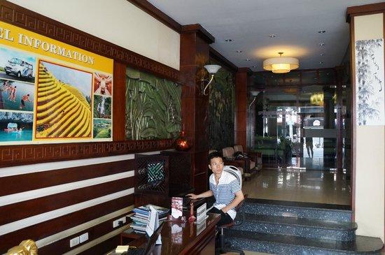 Golden Spring Hotel: холл