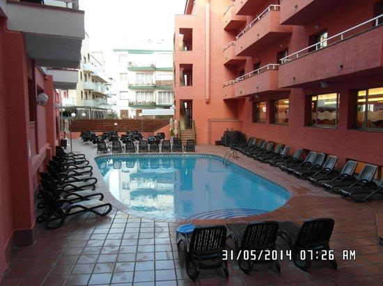 Tossa Beach Hotel : The Pool Area