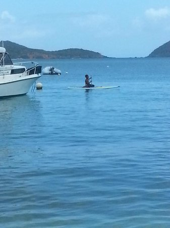 صنسيت جاردنز: Paddle boarding @ local's beach
