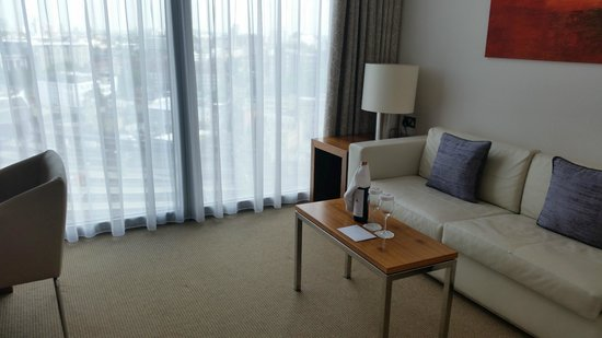 Park Plaza County Hall London: Living Room with our welcome card and bottle of wine!
