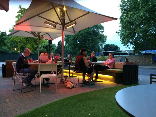 DoubleTree by Hilton - London Hyde Park : Terrace