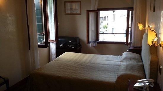 Pensione Accademia - Villa Maravege : Corner room with three windows
