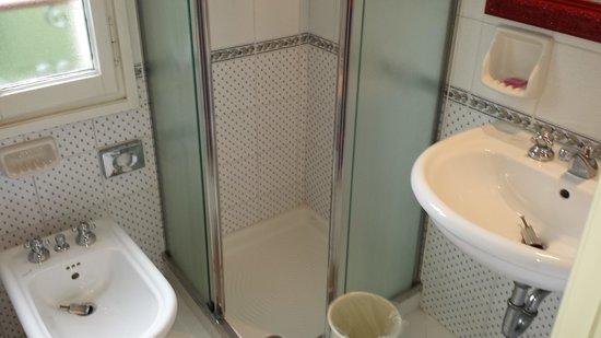 Pensione Accademia - Villa Maravege : Bathroom, also with window