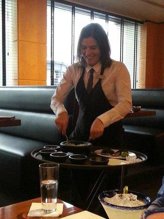 Cantina Laredo: The waitress preparing guacamole, hummm!