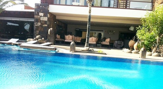 Hotel Villa VIK: Blick auf Terrasse mit Lounge und gleichzeitig Abendessen-Plätze