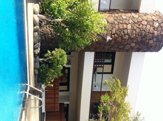 Hotel Villa Vik: Blick vom Pool auf die Zimmer im 1. Stock