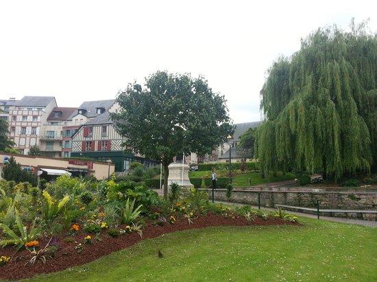 Le Vieux Bassin : Plein voor de kerk