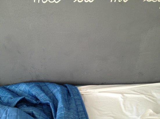 Hotel Cavalieri del Tau : la sporcizia del muro attacato al letto