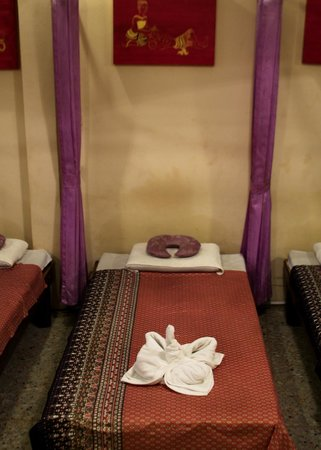 Private Curtains Beds - Picture of Rey Wellness Massage