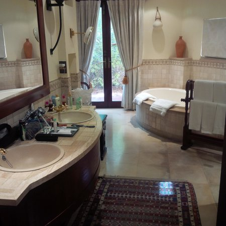 Al Maha, A Luxury Collection Desert Resort & Spa: spacey bathroom