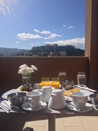 O&B Athens Boutique Hotel: Breakfast and a view of the Acropolis from our balcony at O&B.