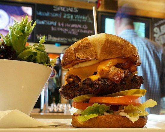 Eddie Burger & Bar : Open a bigggg mouth...