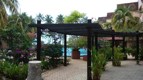 Holiday Villa Beach Resort & Spa Cherating: Garden grounds near the pool