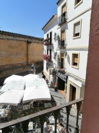 Hotel Mezquita: View into the little square from bedroom window