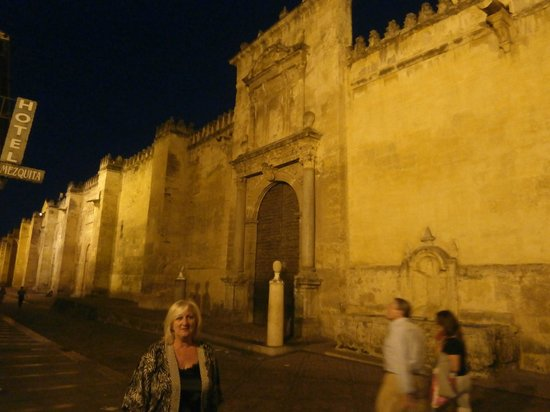 Hotel Mezquita : Nightime outside the hotel.... all quiet