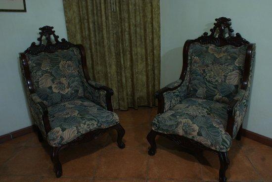 Altamont Court Hotel Kingston : Alexander Suite Sitting Area