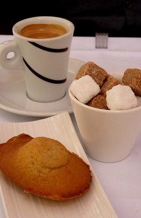 Pastis Restaurant : Le café accompagné d'une délicieuse et  moelleuse madeleine