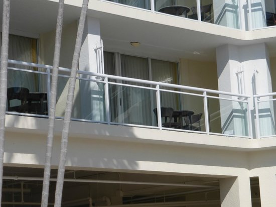 Key Largo Bay Marriott Beach Resort: Large balcony with partial view