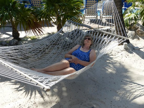 Key Largo Bay Marriott Beach Resort: Lazy shady hammocks on the beach by the pool
