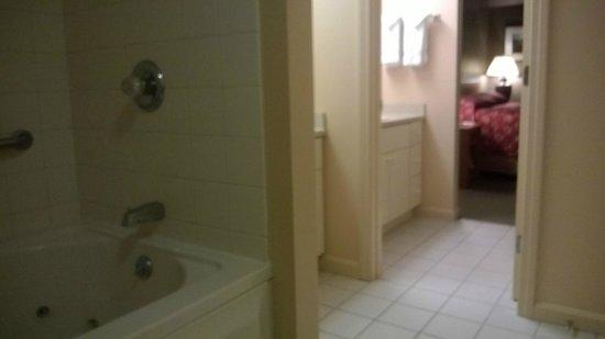 InnSeason Resorts Pollard Brook: Bath into Bedroom