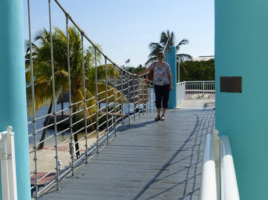Key Largo Bay Marriott Beach Resort: Walk the wobbly rope bridge to the delightful Restaurant