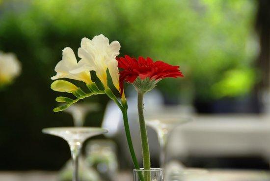 Der Teufelhof Basel: und immer frische Blumen auf den Tischen + Obst + Limettenwasser an der Rezeption