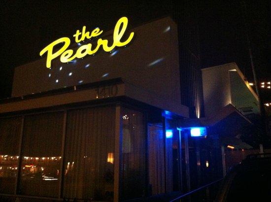The Pearl Hotel: facciata serale