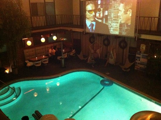 The Pearl Hotel: piscina serale con film '70