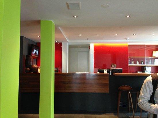 Centerhotel Arnarhvoll: Reception and coffee bar area