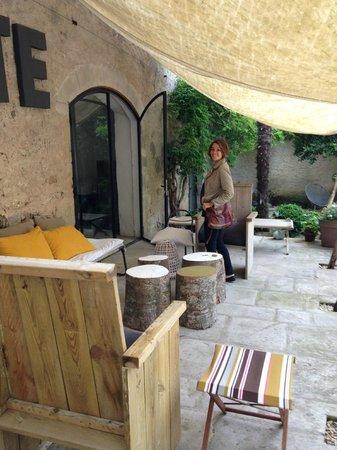Chateau d'Uzer: Une terrasse où l'appéritif nous attends à notre arrivée...