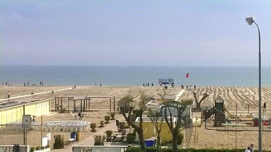 Litoraneo Suite Hotel: Spiaggia di fronte all'hotel