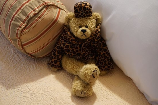 Moseley Cottage Inn and Town Motel: Greated by the bear