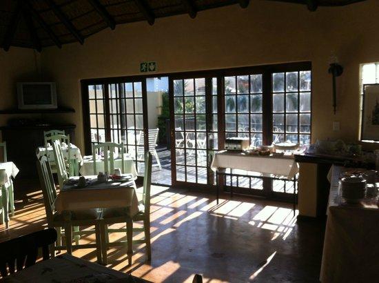 بيركينهيد مانور: Breakfast room in the sunny garden