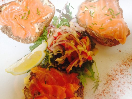 Flanagans Pub : Clarks of ballina smoked salmon on Guinness & pumpkin seed brown bread