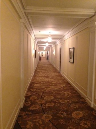Beverly Wilshire Beverly Hills (A Four Seasons Hotel) : View of the hallway in the older building