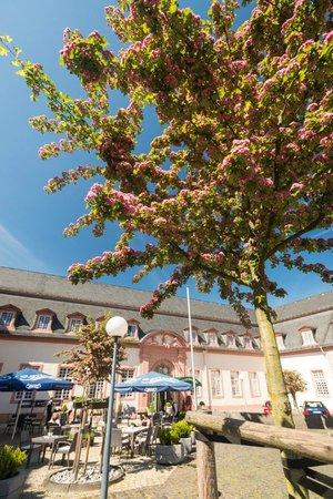 Schlosshotel Weilburg: Terrasse im Innenhof