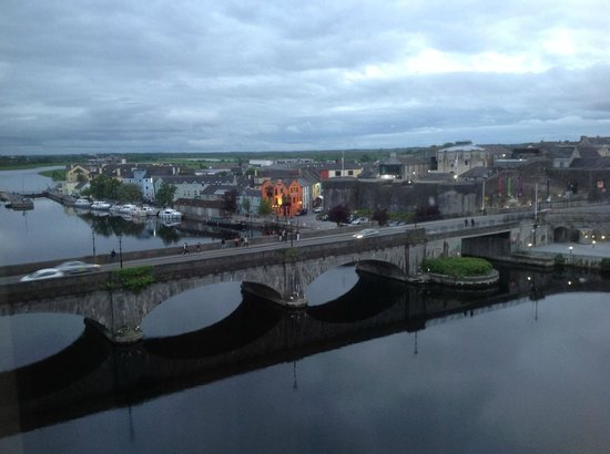 Radisson Blu Hotel, Athlone : From our window the Shannon River in the evening